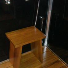 Hamam IV, tiigipuust põrandaresti ja tooliga